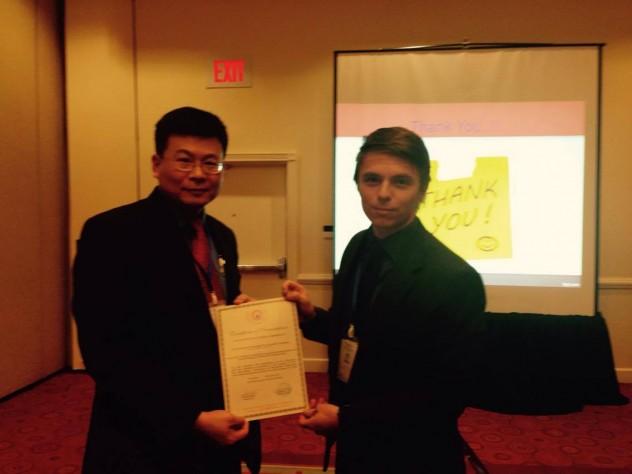 Entrega del certificado de presentación del paper en la conferencia por parte de Ching-yu Huang. (Kean University, USA) al estudiante Santiago Berrezueta (Universidad Politecnica Salesiana, Ecuador)